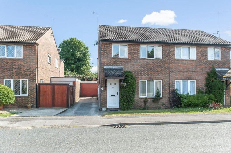 3 Bedrooms Semi Detached House for sale in Barnetts Field, Westergate, Chichester